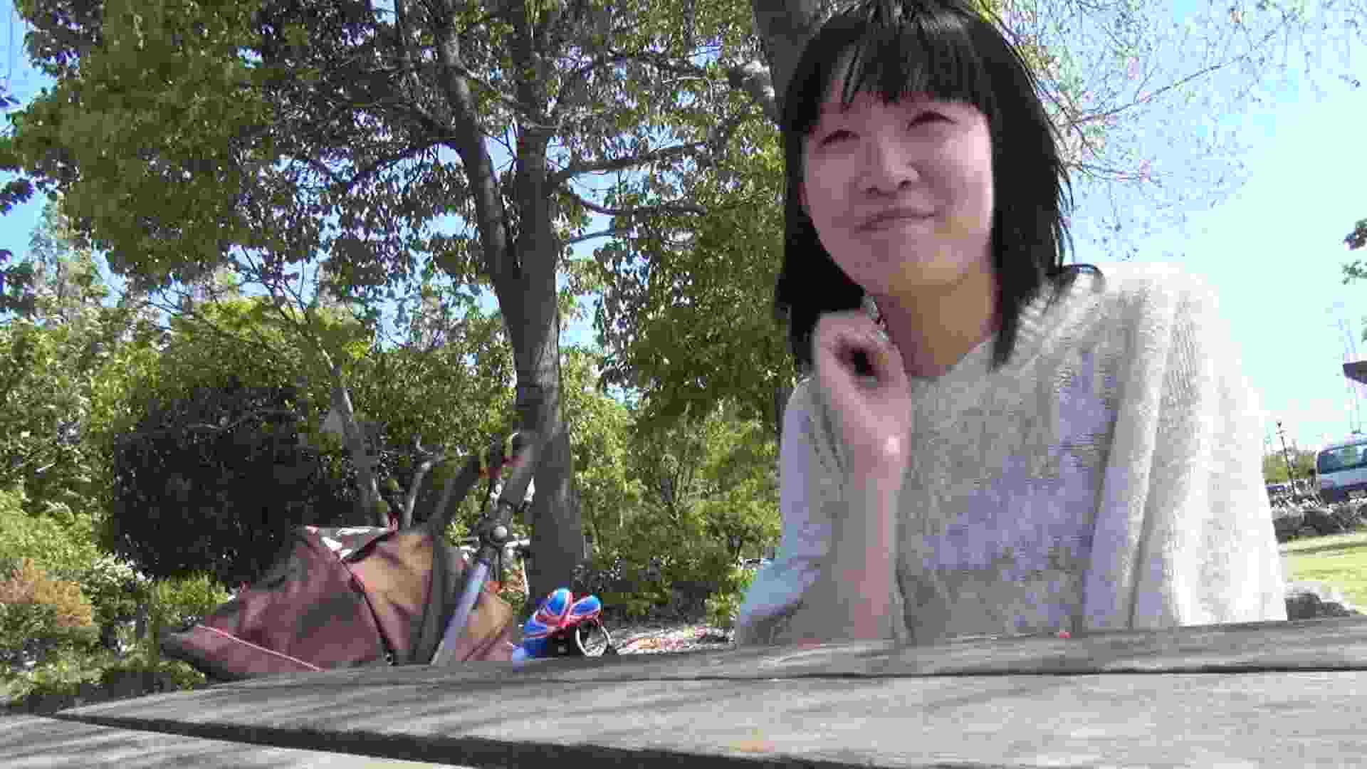 【母の時・01】インタビュー→とびっこ オマンコ全開 盗み撮り動画キャプチャ 64PIX 15