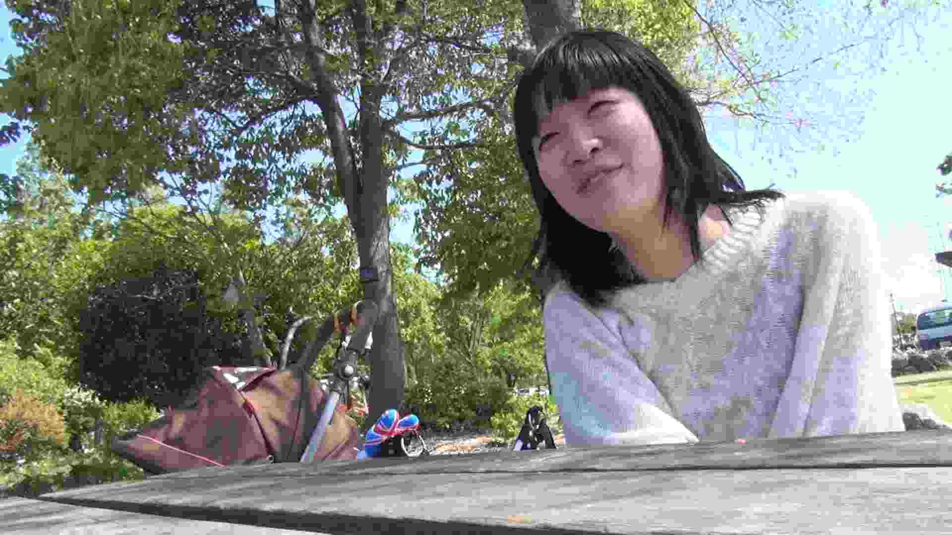 【母の時・01】インタビュー→とびっこ オマンコ全開 盗み撮り動画キャプチャ 64PIX 19
