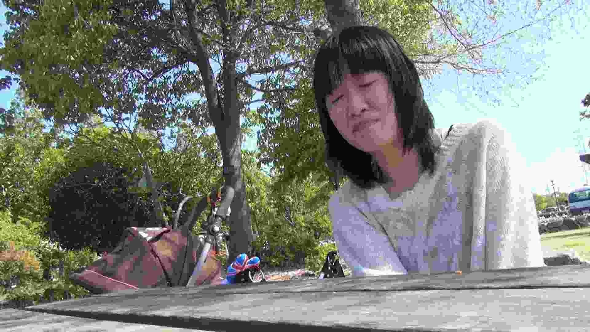 【母の時・01】インタビュー→とびっこ オマンコ全開 盗み撮り動画キャプチャ 64PIX 35