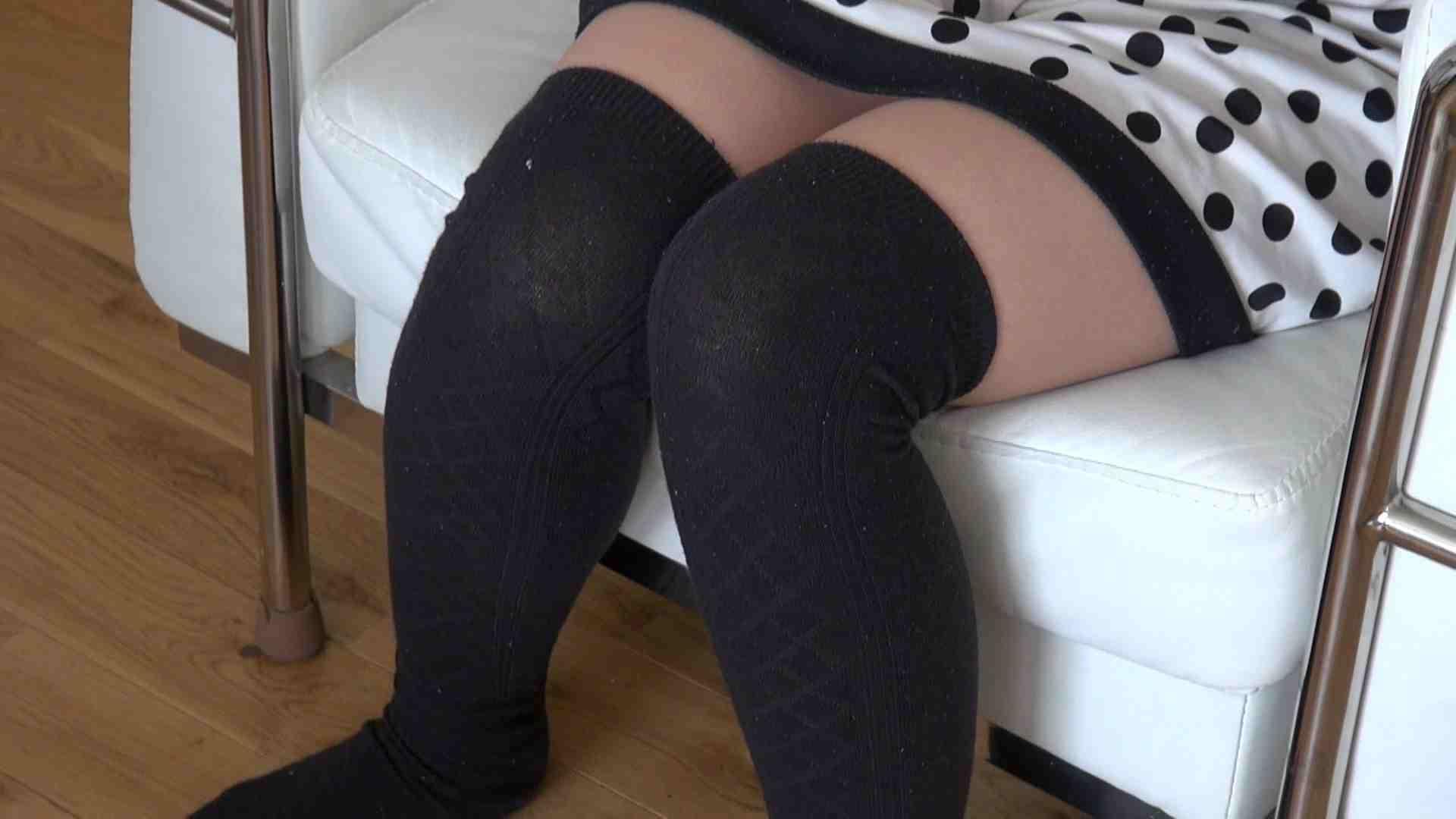 自宅で今回の出演までの経緯を語る志穂さん おまんこ われめAV動画紹介 80PIX 6